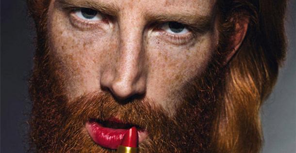 man met rode lippenstift
